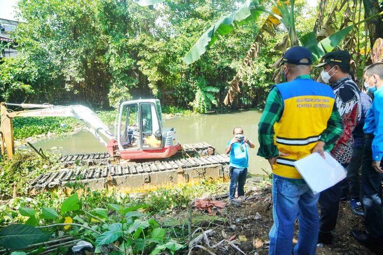 Plt Gubernur Sulsel, Andi Sudirman Sulaiman bersama Balai Besar Wilayah Sungai (BBWS) Pompengan Jeneberang meninjau peninjau pengerukan sungai untuk mengatasi banjir di Kota Makassar.
