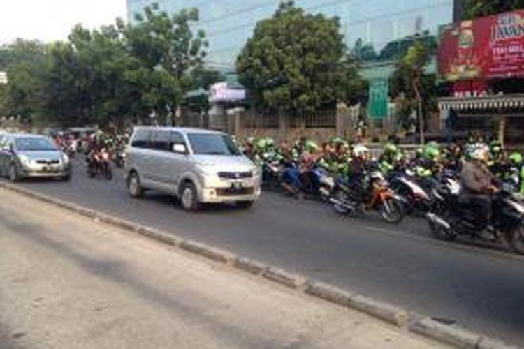 Ratusan pengojek berbasis aplikasi dari Grab Bike memenuhi dua ruas jalan dekat Rumah Sakit Tarakan, Jakarta Pusat, Sabtu (19/9/2015). Ratusan pengojek Grab Bike memenuhi ruas jalan di kedua arah sejak pukul 11.00 WIB sebagai bentuk solidaritas terhadap salah satu pengojeknya yang meninggal akibat kecelakaan.