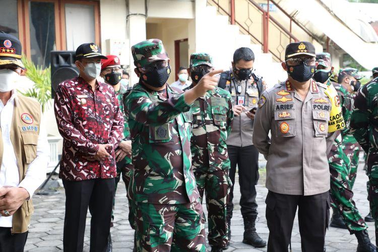 Panglima TNI Marsekal Hadi Tjahjanto saat meninjau tempat isoter di Asrama Haji Sleman, DIY, Minggu (25/7/2021).