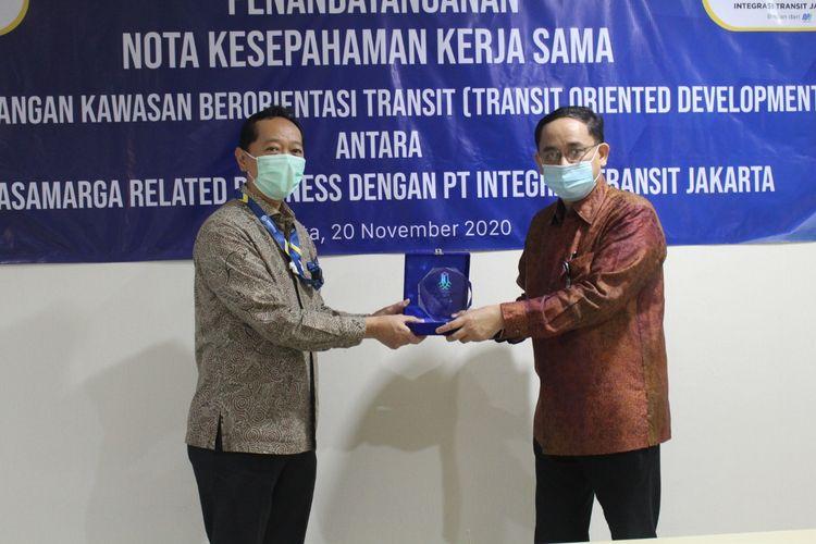 PT Jasamarga Related Business (JMRB) bekerja sama dengan PT Integrasi Transit Jakarta (ITJ) membangun proyek Transit Oriented Development (TOD) Taman Mini Indonesia Indah (TMII). Penandatanganan Kerja Sama dilakukan pada Jumat (20/11/2020) oleh Direktur Utama JMRB Cahyo Satrio Prakoso dan Dirut ITJ Agus Himawan.