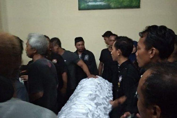 Jenazah Sugimin, anggota DPRD Kabupaten Sragen, Jawa Tengah, tiba di rumah duka, Selasa (16/4/2019) sekitar pukul 18.20 WIB.
