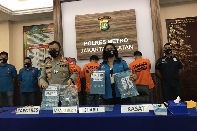 Polres Jakarta Selatan menangkap empat orang pemakai sabu-sabu berinisial S, IP, DC, dan Dsk pada Senin (6/7/2020) pukul 18.00 WIB. Tiga diantara yang ditangkap adalah pilot.