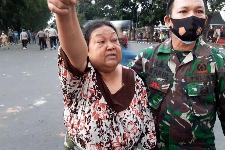 Roslina warga jalan RE Martadinata, Kota Jambi, marah pada polisi karena gas air mata masuk ke pemukiman saat demonstrasi penolakan omnibus law rusuh, pada Selasa (20/10/2020) sore.(KOMPAS.COM/JAKA HB)