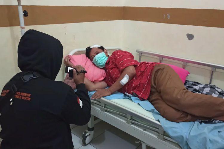 Johan Sewang, anggota DPRD Kabupaten Takalar, Sulawesi Selatan menjalani perawatan usai dianiaya oleh rekan kantornya dalam insiden keributan rapat Pansus. Selasa, (4/5/2021).