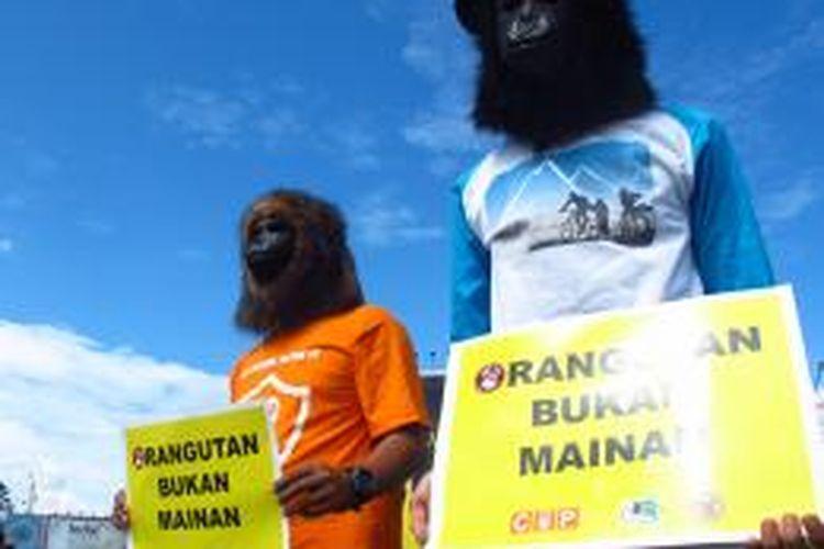 Sejumlah pegiat dan pemerhati orangutan di Aceh melakukan aksi damai di Bundaran Simpang Lima, pusat Kota Banda Aceh, dalam rangka menyambut hari peringatan satwa sedunia (Word Animal Day), Jumat (4/10/2013).