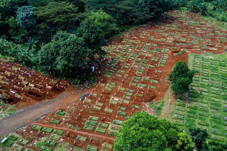 Foto udara pemakaman yang diperuntukkan untuk pasien dengan protokol COVID-19 di TPU Pondok Ranggon, Jakarta Timur, Minggu (31/5/2020). Jumlah kasus positif COVID-19 di Jakarta mencapai 7.272 pasien per Minggu (31/5/2020), dengan rincian 2.102 orang dinyatakan telah sembuh dan 520 orang meninggal dunia.