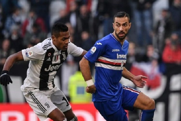 Alex Sandro mengawal Fabio Quagliarella pada pertandingan Juventus vs Sampdoria di Stadion Allianz dalam lanjutan Liga Italia, Turin, 29 Desember 2018.