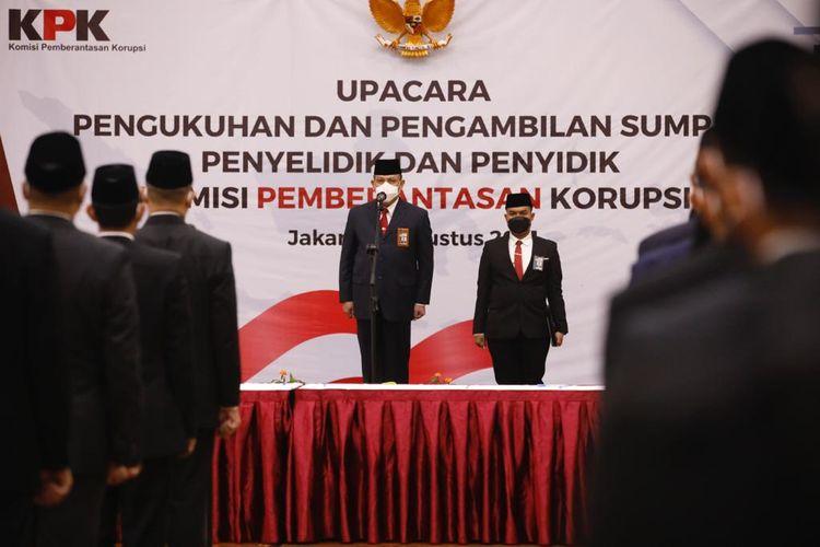 Ketua KPK Firli Bahuri dalam Upacara Pengukuhan dan Pengambilan Sumpah Penyelidik dan Penyidik di Aula Gedung Juang Merah Putih pada Selasa (3/8/2021).