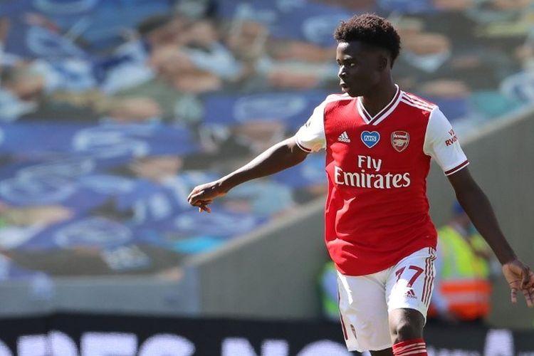 Pemain muda Arsenal, Bukayo Saka, beraksi pada laga lanjutan Liga Inggris kontra Brighton, Sabtu (20/6/2020).