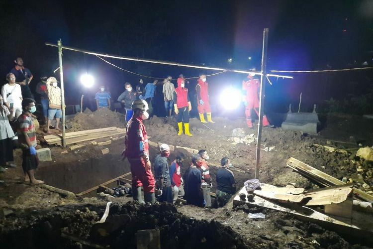 Pemakaman Keluarga Korban Kebakaran Legok di Padukuhan Gunungbang, Kalurahan Bejiharjo,Kapanewon Karangmojo, Gunungkidul Jumat (23/10/2020)