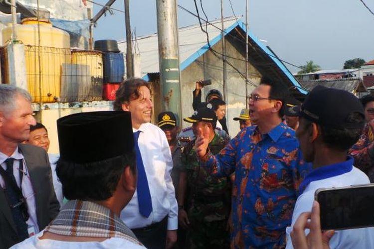 Gubernur DKI Jakarta Basuki Tjahaja Purnama dengan Menteri Luar Negeri Belanda Bert Koenders (pakai kemeja putih) saat berkeiling di Waduk Pluit, Kamis (24/3/2016).