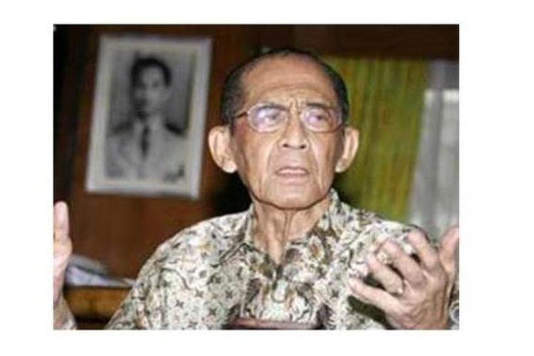 Pendiri Petisi 50 yang juga mantan Gubenur DKI Jakarta Ali Sadikin saat berada di rumahnya (15/5/2007). Ali Sadikin wafat karena sakit, Selasa (20/5), pukul 18.30 di Singapura.