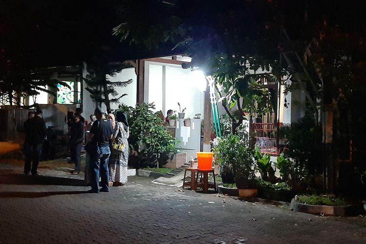 Suasana duka menyelimuti kediaman Wakapolres Purbalingga Kompol Widodo Ponco Susanto di rumah duka Komplek perumahan Srondol Bumi Indah, Kelurahan Sumurboto, Banyumanik, Senin (1/6/2020) malam.