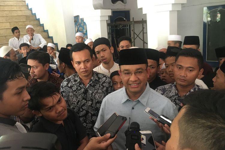 Gubernur DKI Jakarta terpilih Anies Baswedan usai melaksanakan shalat Jumat di Masjid Syarif Hidayatullah Kebayoran Baru, Jakarta Selatan, Jumat (19/5/2017).