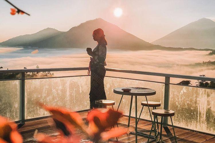Pemandangan samudera awan dengan latar Gunung Batur dari teras Kintamani Eco Bike Coffee