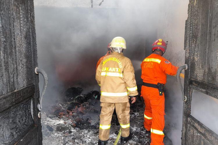 Anggota Suku Dinas Penanggulangan Kebakaran dan Penyelamatan (Sudin Gulkarmat) Jakarta Selatan memadamkan kebakaran di sebuah rumah mewah di Gudang Peluru, Kebon Baru, Tebet, Jakarta pada Selasa (6/10/2020) pagi.