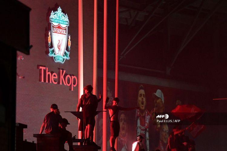 Beberapa fans merayakan keberhasilan Liverpool menjadi juara Premier League, kasta teratas Liga Inggris, musim 2019-2020 di depan Stadion Anfield, Kamis (25 Juni 2020)