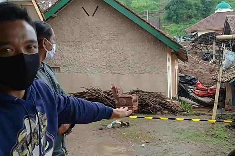 Riswan terbata-bata menceritakan nasib tragis delapan anggota keluarganya saat longsor susulan yang terjadi di Desa Cihanjuang, Cimanggung, Sumedang, Jawa Barat, Senin (11/1/2021). Padahal keluarganya saat itu sedang mempersiapkan resepsi pernikahan.