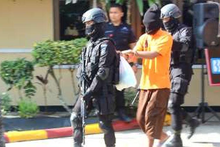 Tujuh pelaku aksi teror bom di Gereja Oikumene Sengkotek Samarinda akan segera dibawa Tim Densus 88 ke Jakarta     Gusti Nara / KOMPAS.com