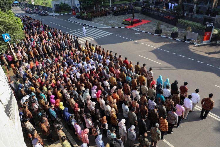Suasana upacara peringatan Sumpah Pemuda di halaman gedung KPK, Kuningan, Jakarta. Senin (30/10/2017). Laode M Syarief berpesan dalam isi pidato adalah melanjutkan semangat kemerdekaan dengan tetap mempersatukan Indonesia, menghilangkan kemiskinan, dan memberantas korupsi.