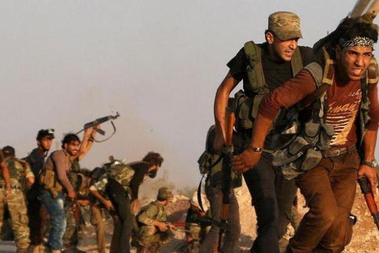 Anggota Tentara Pembebasan Suriah (FSA) bergerak di sebuah desa di dekat kota Dabiq, wilayah utara negeri itu. Akhirnya kota kecil ini bisa dikuasai milisi dukungan Turki pada Minggu (16/10/2016).