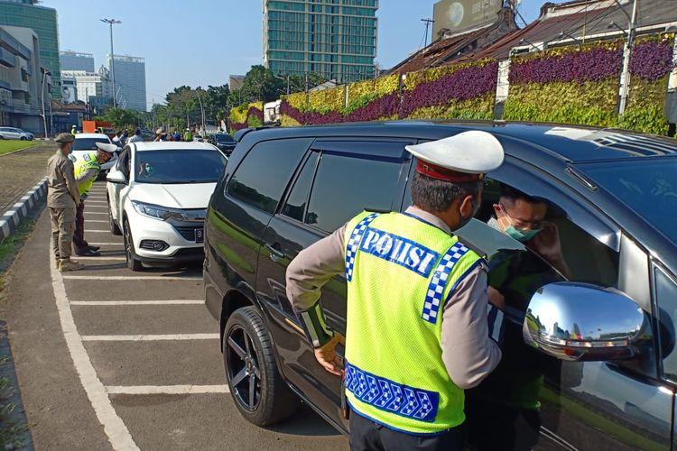 Pemeriksaan kendaraan di Check point Tugu Tani, Jakarta Pusat, Selasa (12/5/2020)