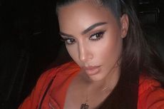 Kim Kardashian Pamer Kalung Emas Bertuliskan Isi Pesan dari Suami