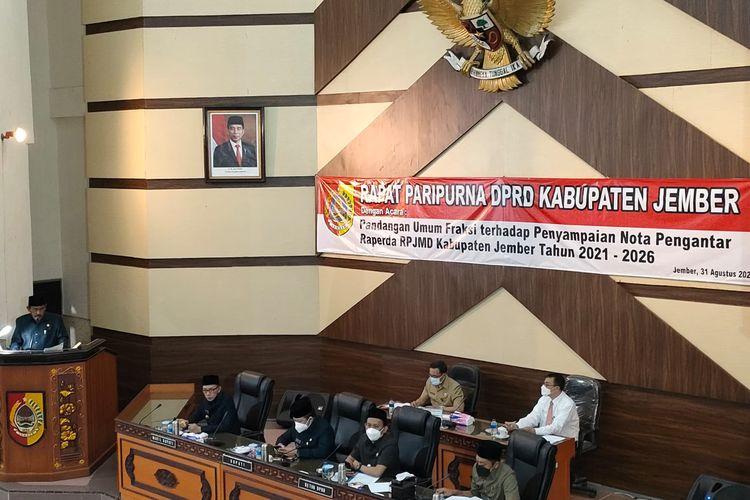 Fraksi DPRD Jember saat menyampaikan pandangan umum dalam rapat paripurna DPRD Jember Selasa (31/8/2021)