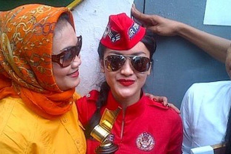 Julia Perez disambut piagam dan piala Pemeran Utama Wanita Terpuji versi Festival Film Bandung 2013 saat keluar dari Rumah Tahanan Negara, Pondok Bambu, Jakarta Timur, Senin (17/6/2013).