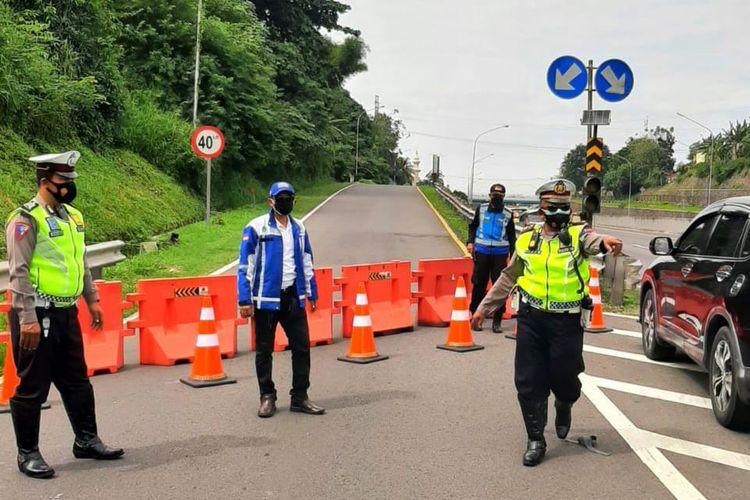 Penyekatan dan pembatasan mobilitas lalu lintas kendaraan di sejumlah titik lokasi jalan tol milik Jasa Marga Group