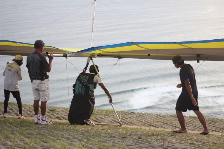 Atlet paralayang yang tengah berlatih di Bukit Paralayang Watugupit, Bantul, Yogyakarta, Kamis (23/1/2020). Selain menjadi tempat wisata, Bukit Paralayang sebelumnya merupakan tempat berlatih atlet paralayang dari berbagai daerah.