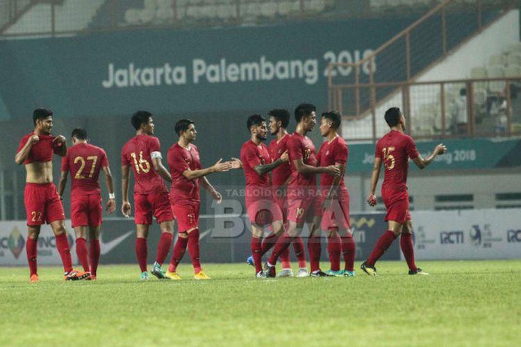 Para pemain timnas Indonesia berkumpul di tengah lapangan usai laga persahabatan internasional kontra Myanmar di Stadion Wibawa Mukti, Cikarang, Selasa (10/10/2018).