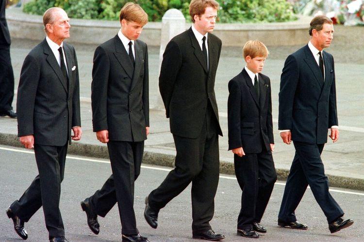 Dalam foto file 6 September 1997 ini, dari kiri, Pangeran Philip dari Inggris, Pangeran William, Earl Spencer, Pangeran Harry dan Pangeran Charles berjalan di luar Biara Westminster selama prosesi pemakaman Diana, Putri Wales.