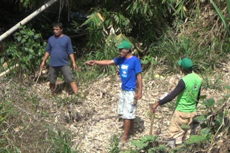 Riming (50) bersama petani memperlihatkan lokasi terakhir kemunculan ular kobra yang telah menewaskan empat warga Kabupaten Gowa, Sulawesi Selatan. Kamis, (19/12/2019).