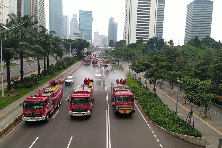 Suku Dinas Penanggulang Kebakaran dan Penyelamatan (Sudin PKP) Jakarta Pusat melakukan penyemprotan carian disinfektan di kawasan Jl. MH Thamrin, Jakarta Pusat.