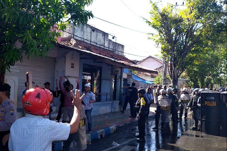 Aparat kepolisian menyisir tempat-tempat yang dijadikan persembunyian massa setelah kerusuhan teejadi di samping kantor Polres Pamekasan, Rabu (22/5/2019)