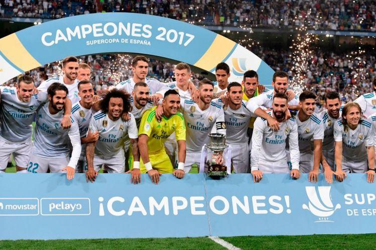 Para pemain Real Madrid saat menerima trofi gelar Piala Super Spanyol. Real Madrid berhasil menundukkan perlawan Barcelona dengan skor 2-0 (5-1) di Stadion Santiago Baernabeu, Kamis (17/8/2017).