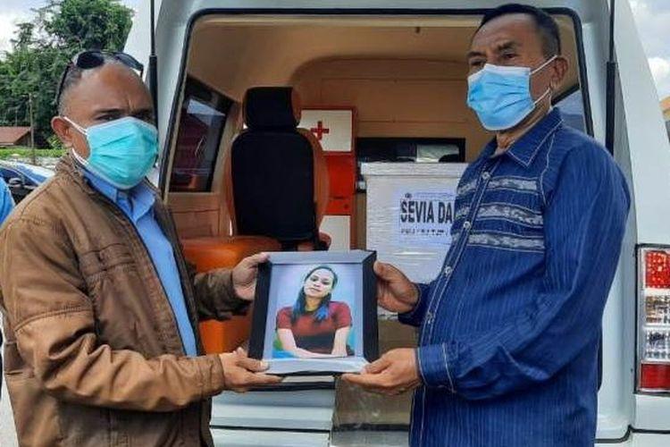 Foto : Bupati Ende, Djafar Achmad menyerahkan jenazah Selfi Daro kepada pihak keluarga di Bandara H.Hasan Aroeboesman Ende, Sabtu siang.
