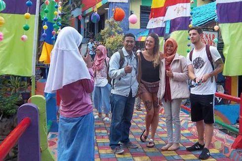 Turis Inggris Ini Terpesona dengan Kampung Pelangi di Semarang