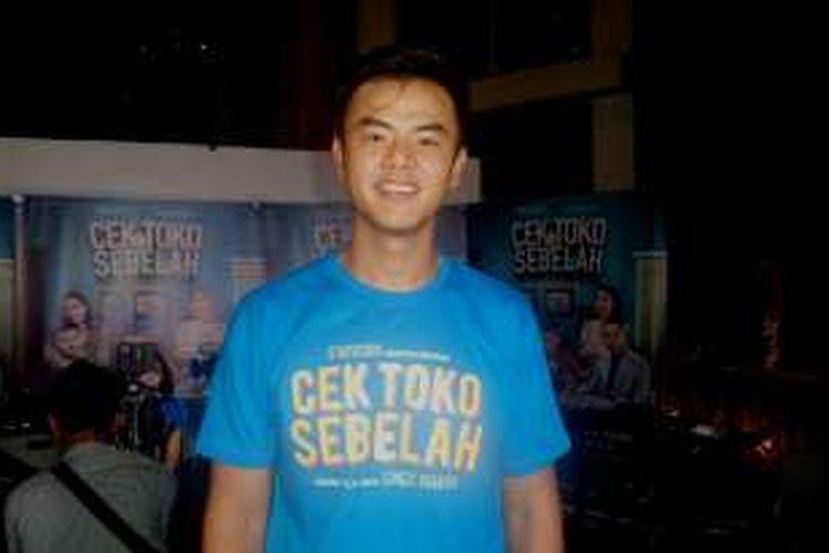 Dion Wiyoko diabadikan usai pemutaran film Cek Toko Sebelah di XXI Epicentrum Walk, Kuningan, Jakarta Selatan, Selasa (20/12/2016).