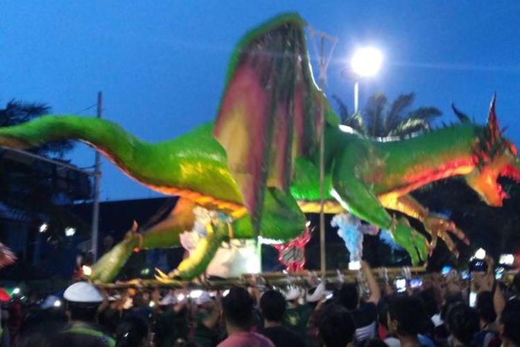 Ogoh-ogoh berukuran besar diarak warga saat malam Pengrupukan (Robinson Gamar)