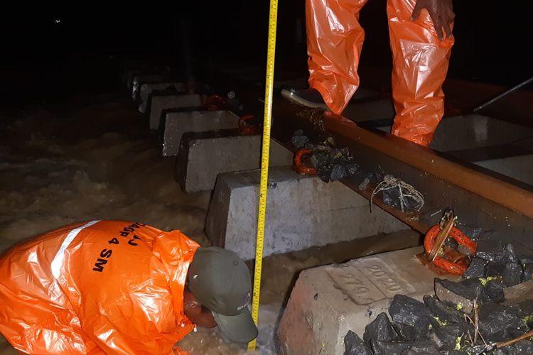Rel kereta terendam air