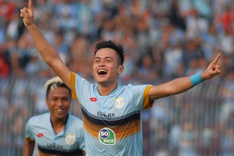 Pemain Persela Lamongan, Agung Pribadi, merayakan golnya ke gawang Borneo FC, Sabtu (8/7/2017).