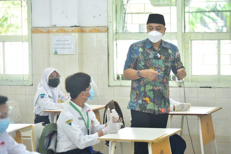 Wali Kota Surabaya Eri Cahyadi menggelar persiapan simulasi pembelajaran tatap muka kepada sejumlah perwakilan pelajar jenjang SMP swasta maupun negeri di SMPN 1 Surabaya, Jumat (16/4/2021).