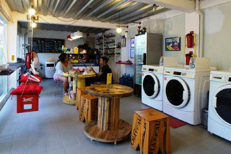 Mencuci sambil ngopi di Foam Coffee and Coin Laundry yang beralamat di Merdeka Lodge, Jl. Merdeka IV no. 17, Renon, Denpasar, Bali.
