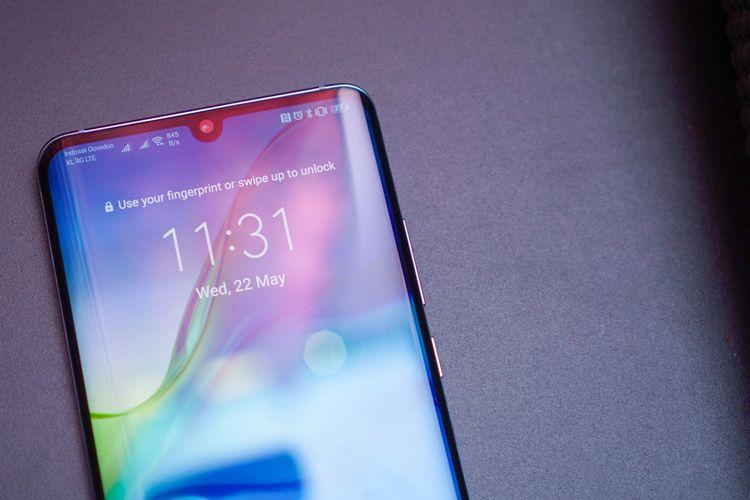 Poni di atas layar Huawei P30 Pro.