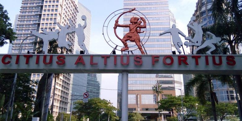 Semboyan Olimpiade di salah satu pintu masuk Kawasan Gelora Bung Karno Jakarta. Citius, Altius, Fortius berarti tercepat, tertinggi, terkuat.