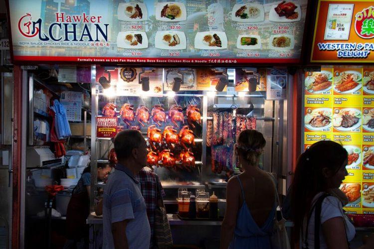 Liao Fan Hong Kong Soya Sauce Chicken Rice & Noodle, salah satu restoran berlabel Michelin Star dengan harga terjangkau versi Traveloka yang ada di Singapura.
