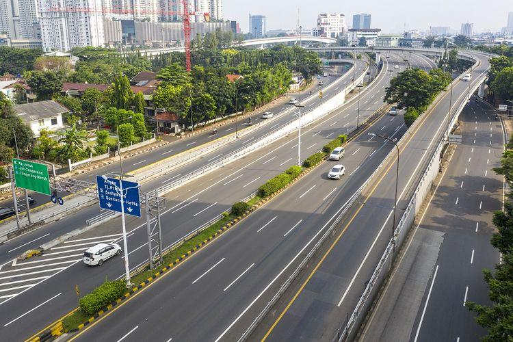 Foto udara lalu lintas kendaraan menuju Jakarta di simpang susun tomang, Jakarta, Jumat (10/4/2020).  Dalam rangka percepatan penanganan COVID-19, Pemprov DKI Jakarta menerapkan Pembatasan Sosial Berskala Besar (PSBB) yang mulai berlaku Jumat (10/4) hingga 14 hari kedepan. ANTARA FOTO/Nova Wahyudi/pras.