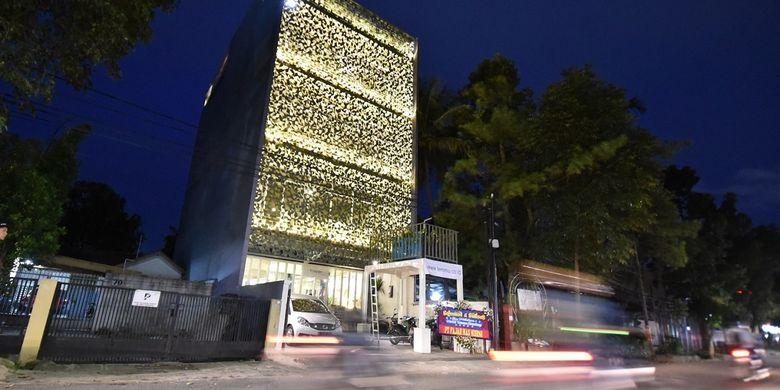 Suasana Hostel Temmu Co Living di Bandung saat malam hari.